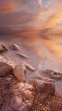 Mare e pietra sul tramonto Immagine Stock