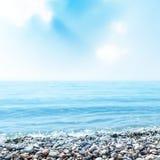 Mare e pietre sul primo piano della spiaggia Fotografia Stock