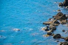 Mare e riva di mare blu fotografia stock
