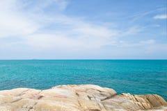 Mare e rocce blu Fotografie Stock Libere da Diritti