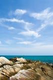 Mare e rocce blu Immagine Stock