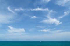 Mare e rocce blu Fotografia Stock Libera da Diritti