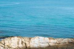 Mare e rocce blu Fotografia Stock