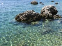 Mare e rocce blu immagini stock