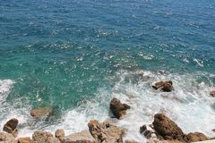 Mare e rocce immagine stock