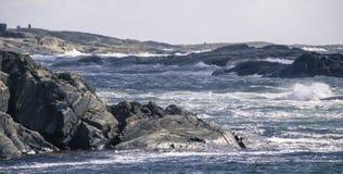 Mare e rocce tempestosi Fotografia Stock