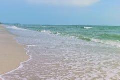 Mare e sabbia e bello cielo un giorno di rilassamento, brezza fresca fotografie stock libere da diritti