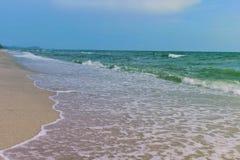 Mare e sabbia e bello cielo un giorno di rilassamento, brezza fresca immagine stock libera da diritti