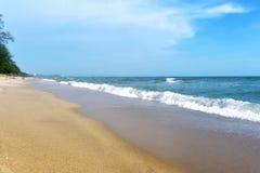 Mare e sabbia e bello cielo un giorno di rilassamento, brezza fresca immagini stock