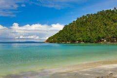 Mare e spiaggia con la palma di noce di cocco Fotografie Stock Libere da Diritti