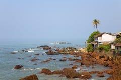 Mare e spiaggia con la palma di noce di cocco Immagini Stock Libere da Diritti