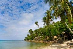 Mare e spiaggia con la palma e le case di noce di cocco Immagini Stock Libere da Diritti