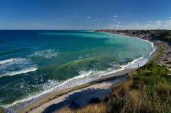 Mare e spiaggia del turchese di estate fotografia stock libera da diritti