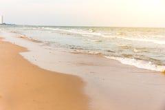 Mare e spiaggia vicino alla città Immagini Stock Libere da Diritti