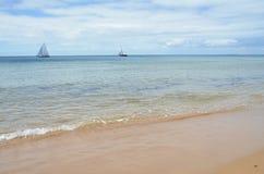 Mare e viste di galleggiamento della barca Immagini Stock