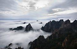 Mare giallo della nube della montagna Fotografie Stock Libere da Diritti