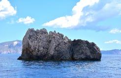 Mare ionico blu con roccia immagini stock libere da diritti