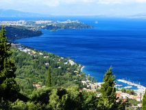 Mare ionico del paesaggio della costa sull'isola di Corfù fotografie stock