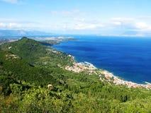 Mare ionico del paesaggio della costa sull'isola di Corfù fotografie stock libere da diritti