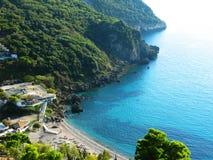 Mare ionico della laguna del paesaggio blu della costa sull'isola di Corfù immagine stock libera da diritti