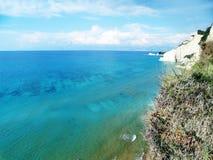 Mare ionico della laguna del paesaggio blu della costa sull'isola di Corfù immagine stock