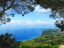 Mare ionico della laguna del paesaggio blu della costa sull'isola di Corfù immagini stock libere da diritti