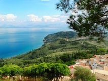 Mare ionico della laguna del paesaggio blu della costa sull'isola di Corfù fotografia stock