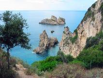 Mare ionico della laguna del paesaggio blu della costa sull'isola di Corfù immagini stock