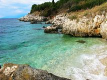 Mare ionico della laguna del paesaggio blu della costa sull'isola di Corfù fotografie stock