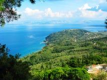 Mare ionico della laguna del paesaggio blu della costa sull'isola di Corfù fotografie stock libere da diritti