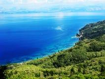 Mare ionico della laguna del paesaggio blu della costa sull'isola di Corfù fotografia stock libera da diritti