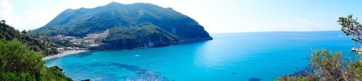 Mare ionico della laguna di panorama del paesaggio blu della costa sull'isola di Corfù fotografia stock