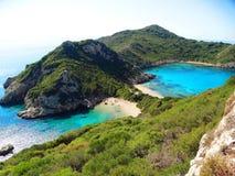 Mare ionico della laguna di timoni di Oporto del paesaggio blu della costa su Corfù isl immagine stock