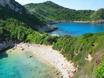 Mare ionico della laguna di timoni di Oporto del paesaggio blu della costa su Corfù isl fotografie stock libere da diritti