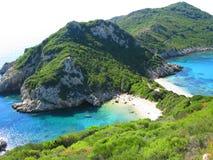 Mare ionico della laguna di timoni di Oporto del paesaggio blu della costa su Corfù isl fotografia stock libera da diritti