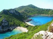 Mare ionico della laguna di timoni di Oporto del paesaggio blu della costa su Corfù isl fotografia stock