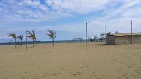 Mare ionico e la spiaggia sulla città di Catania immagini stock libere da diritti