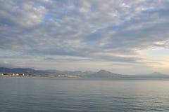Mare ionico in un giorno nuvoloso immagine stock
