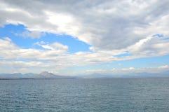 Mare ionico in un giorno nuvoloso fotografia stock libera da diritti