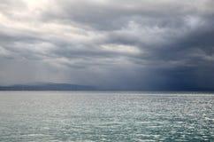 Mare ionico in un giorno nuvoloso fotografia stock