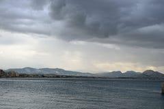 Mare ionico in un giorno nuvoloso immagini stock
