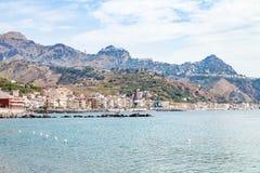 Mare ionico vicino a lungomare della città di Giardini Naxos fotografia stock libera da diritti