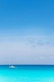 Mare mediterraneo Balearic del turchese con la barca a vela fotografia stock libera da diritti