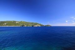 Mare, montagna, chiaro cielo Fotografie Stock Libere da Diritti