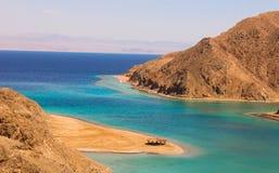 Mare & Mountain View della baia del fiordo a Taba, Egitto Fotografie Stock Libere da Diritti