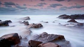 Mare nebbioso e rocce Immagini Stock Libere da Diritti