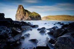 Mare nebbioso e rocce Fotografia Stock