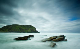 Mare nebbioso e rocce Fotografia Stock Libera da Diritti