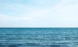 mare o oceano blu con il cielo fotografia stock libera da diritti