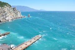 Mare ondulato e un pilastro Fotografie Stock